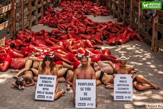 Protestan desnudos y cubiertos de sangre en la Plaza de Toros de Pamplona