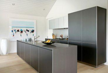 kitchen casas dentro americanas modern cottage shiplap sagaponack axis mundi modernas ceiling contemporary gray cabinets casa toda sleek makoid blaze