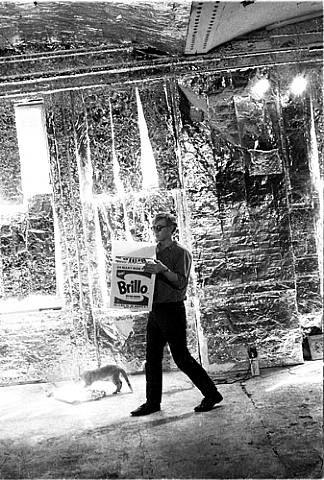 Warhol carrega uma Brillo box na Factory
