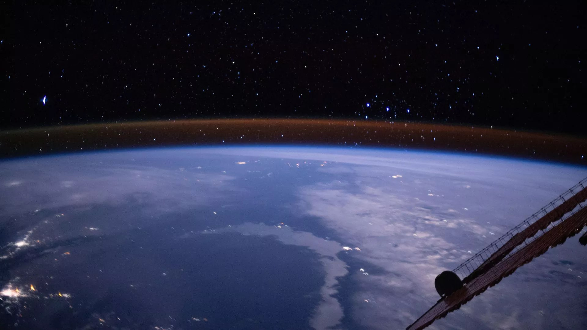 Astronomers Capture Earth S Atmosphere Glowing From Space