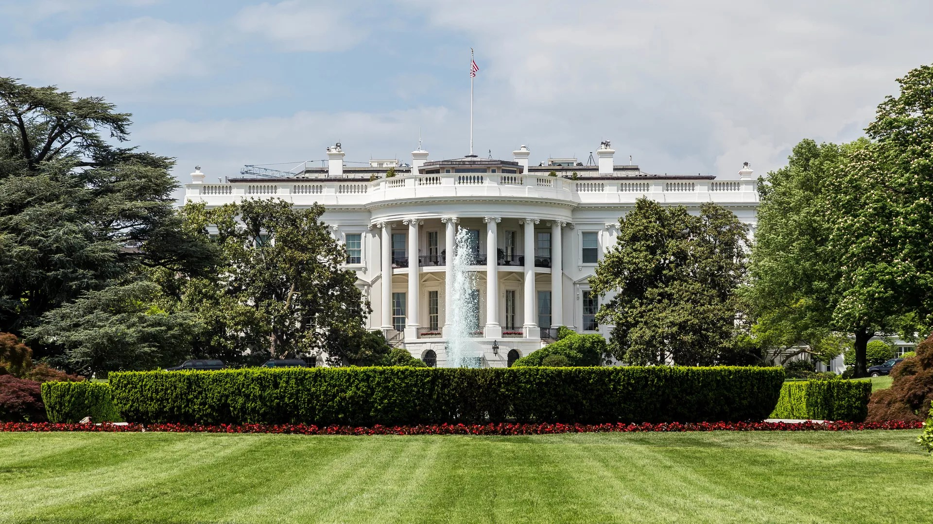 Man sets himself on fire in front of the White House  Axios