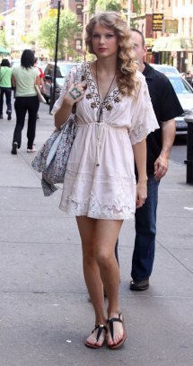 Taylor Swift' Legs And Feet-23 Sexiest Celebrity