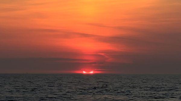 अमेरिका के न्यू जर्सी में समुद्र के ऊपर सूर्यग्रहण का शानदार नजारा दिखा।