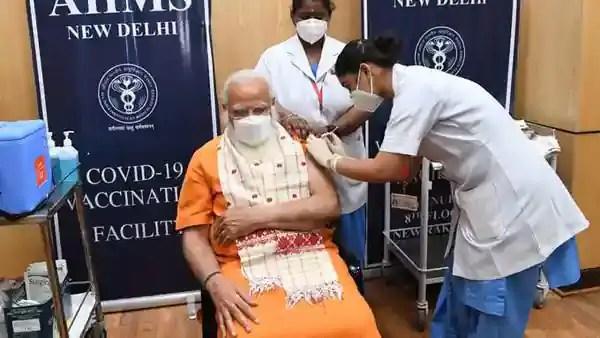 प्रधानमंत्री नरेंद्र मोदी ने 1 मार्च को कोवैक्सिन का पहला डोज लिया था। चित्र 8 अप्रैल का है जब उन्होंने दूसरा डोज लिया। उन्होंने यह डोज तब लिए जब कोवैक्सिन के ट्रायल्स के आंकड़े नहीं आए थे। इसके असर को संदेह से देखा जा रहा था।