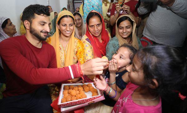 राकेश्वर सिंह की रिहाई की खबर आने के बाद उनके घर में लड्डू बांटे जा रहे हैं। फोटो- अंकुर सेठी