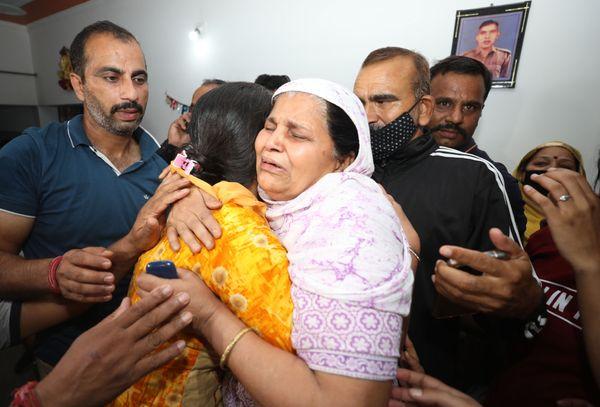 बेटे के सुरक्षित लौटने की खबर से परिवार की रुलाई फूट पड़ी। फोटो- अंकुर सेठी
