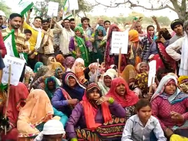 Women protesting against the agricultural laws by blocking the way of the former MP.