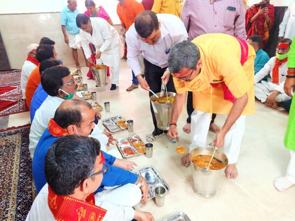 धर्मार्थ कार्य मंत्री नीलकंठ तिवारी ने फीता काटकर शुरुआत किया और अपने हाथों से भक्तों को प्रसाद दिया।