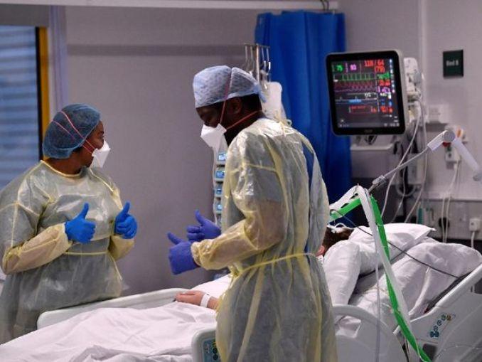 फोटो ब्रिटेन की है। यहां ICU में कोरोना मरीज का इलाज करते डॉक्टर। ब्रिटेन में अभी हर दिन 2500 से ज्यादा कोरोना के नए मरीज मिल रहे हैं। - Dainik Bhaskar