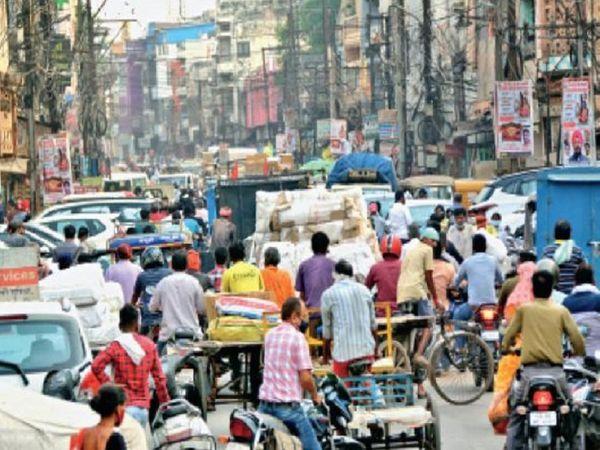 लॉकडाउन की घोषणा के बाद रायपुर में बजारों का यह हाल है। लोगों की भारी भीड़ दुकानों में उमड़ पड़ी है। इससे संक्रमण फैलने का खतरा बढ़ गया है।