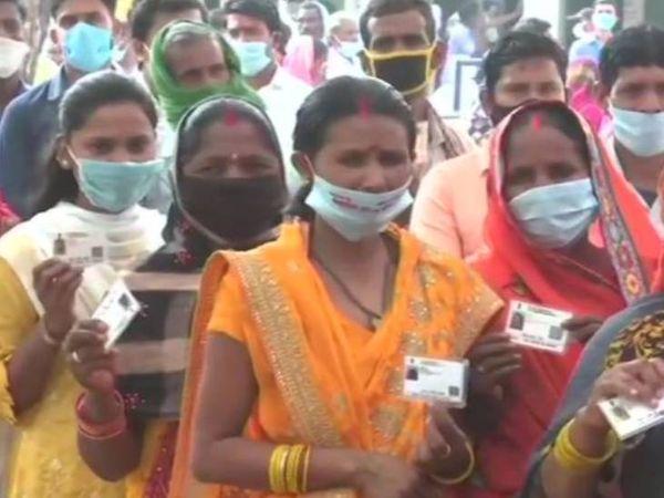 गोरखपुर के चरगवां में मतदाता मास्क में नजर आए। लेकिन इस दौरान सोशल डिस्टेंसिंग का ख्याल नहीं रखा गया।