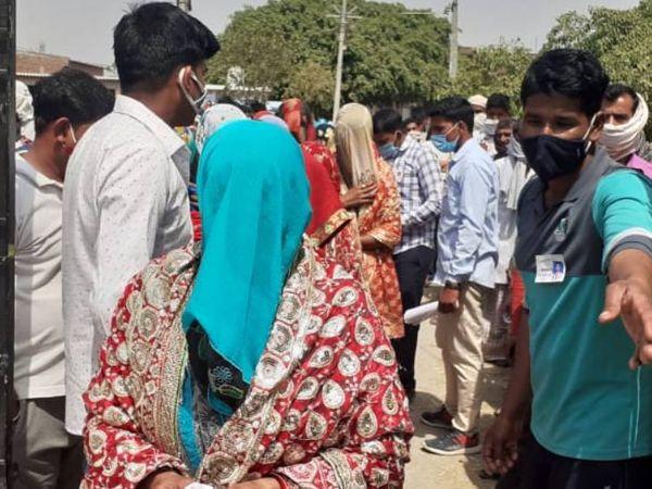 अपना वोट डालने के लिए एक महिला बरेली पहुंचती है।