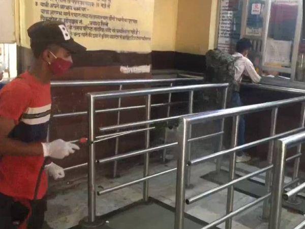 मुरादाबाद रेलवे स्टेशन पर सैनिटाइजेशन करता कर्मी।