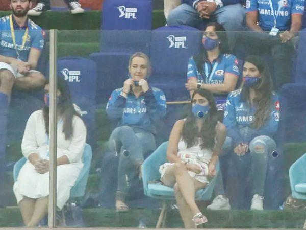 मैच के दौरान रोहित शर्मा की पत्नी रितिका सजदेह।