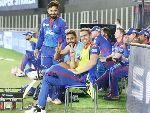 मैच के दौरान विक्ट्री साइन दिखाते आवेश खान और एनरिक नॉर्खिया। साथ में हैं कप्तान ऋषभ पंत।