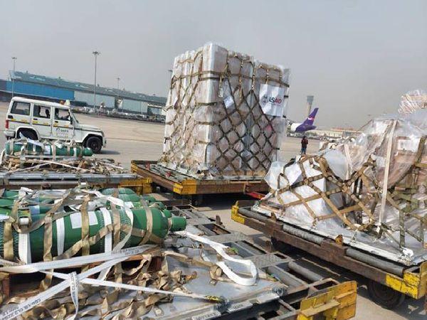 अमेरिका से क्रिटिकल केयर में इस्तेमाल होने वाले उपकरणों की कई खेप मदद के लिए भारत भेजी गई है। लेकिन, कहा जा रहा है कि ज्यादातर सामान गोदाम या एयरपोर्ट पर ही पड़ा है।