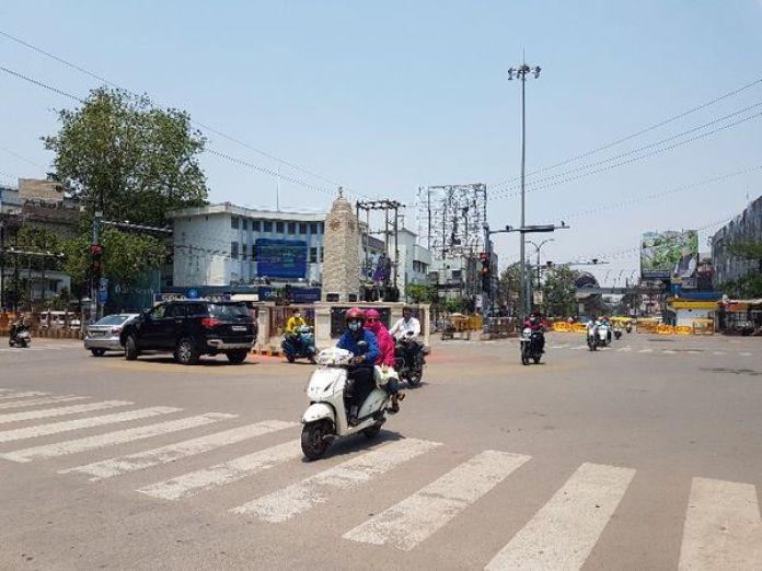 तस्वीर रायपुर के जय स्तंभ चौक की। कुछ राहत के बीच यहां लोगों की आवाजाही पहले से थोड़ी बढ़ गई है। - Dainik Bhaskar