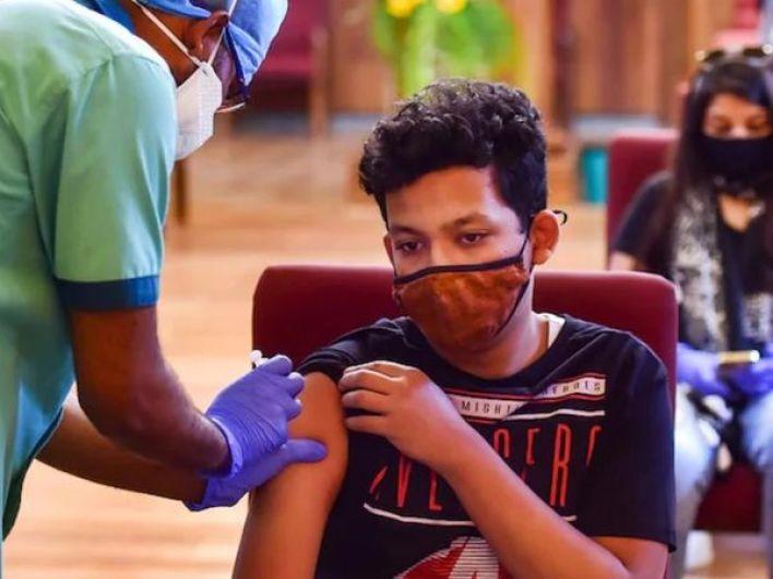 अमेरिका में बाहर से आने वाले छात्रों के लिए WHO से अनुमोदित कोरोना वैक्सीन लगवाना अनिवार्य कर दिया गया है। (फाइल फोटो) - Dainik Bhaskar