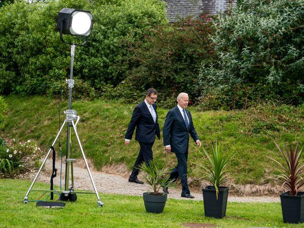 G7 मीटिंग से एक दिन पहले अमेरिकी राष्ट्रपति जो बाइडेन फाइजर कंपनी के चीफ एग्जीक्यूटिव अल्बर्ट बोरेला के साथ नजर आए। अमेरिका और उसके सहयोगी देश दुनिया के गरीब और महामारी से सबसे ज्यादा प्रभावित देशों को 100 करोड़ वैक्सीन डोज देने की तैयारी कर रहे हैं।