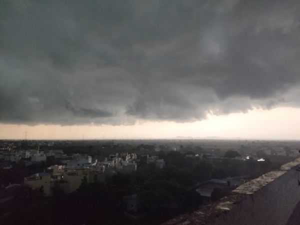 Dark clouds covered Hoshangabad in the afternoon.