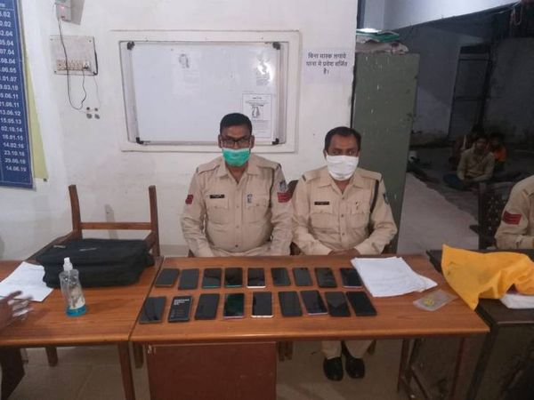 Cartoons full of 18 mobiles stolen while putting diesel in the pickup vehicle, with the help of cyber cell, Rewa police picked up the accused from Singrauli    A cartoon full of 18 mobiles was stolen while putting diesel in the pickup car, with the help of cyber cell, Rewa police picked up the accused from Singrauli