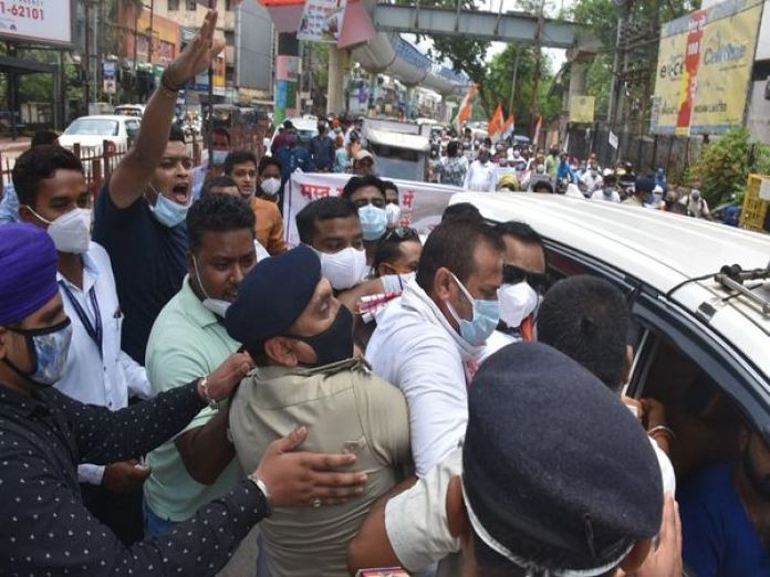 In Raipur, the police stopped the other protesting Congress leaders, including the parliamentary secretary, going towards the BJP office by pushing the car.  - Dainik Bhaskar