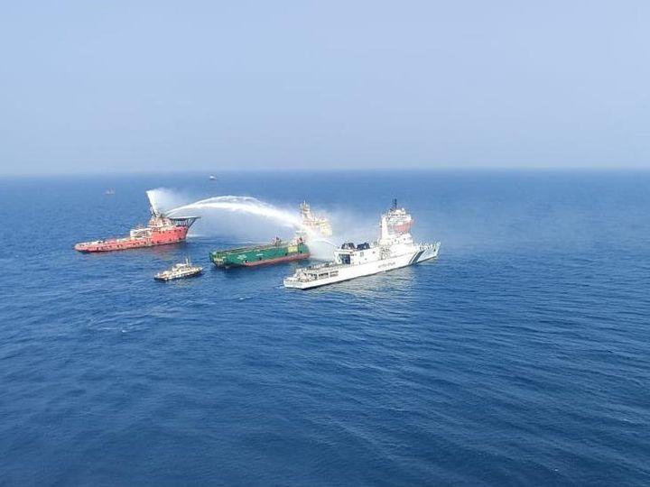 आग बुझाने के लिएइंडियन कोस्ट गार्ड ने अपने 2 जहाज और एक डोर्नियर विमान भेजा। - Dainik Bhaskar