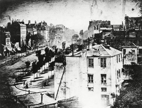 लुइस ने फोटोग्राफी पर अपना प्रयोग जारी रखा, 1838 में दुनिया की पहली ऐसी तस्वीर ली जिसमें लोग नजर आए। इसे फ्रांस के बॉलेवार्ड डू टेंपल से लिया गया था।