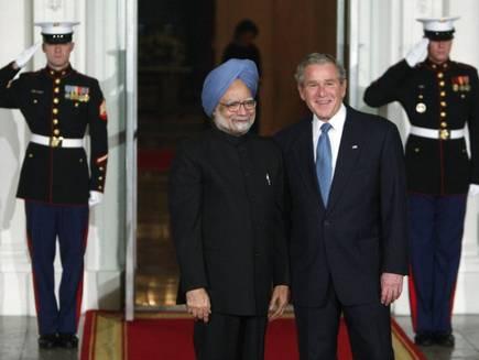2008 में न्यूक्लियर डील के दौरान भारत के प्रधानमंत्री मनमोहन सिंह और अमेरिकी राष्ट्रपति जॉर्ज डब्ल्यू बुश।