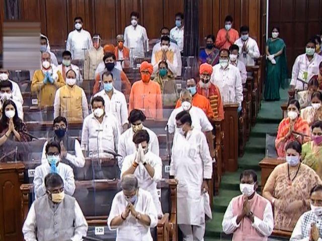 लोकसभा की कार्यवाही के दौरान सांसद मास्क पहने दिखे। कुछ सांसद ग्लव्स भी पहने थे।
