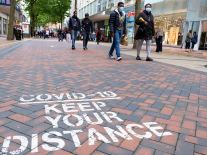 लंदन की कुछ सड़कों पर सोशल डिस्टेंसिंग को लेकर स्लोगन लिखे गए हैं। ब्रिटेन में संक्रमण की दूसरी लहर सामने आ चुकी है। प्रधानमंत्री बोरिस जॉनसन ने साफ कर दिया है कि कुछ और सख्त प्रतिबंध लगाए जाते हैं।