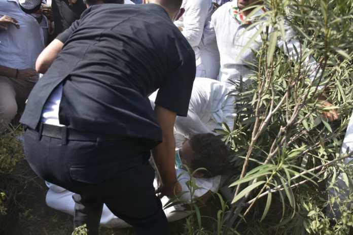 धक्कामुक्की में राहुल जमीन पर गिर गए। कांग्रेस नेताओं का कहना है कि राहुल के हाथ में चोट लगी है।