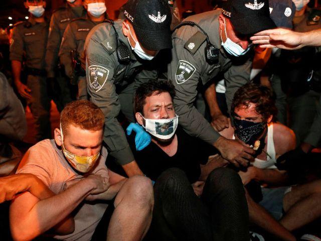 इजराइल की राजधानी येरूशलम में कोरोना से जुड़ी पाबंदियों के खिलाफ प्रदर्शन करते स्थानीय लोग-- फाइल फोटो