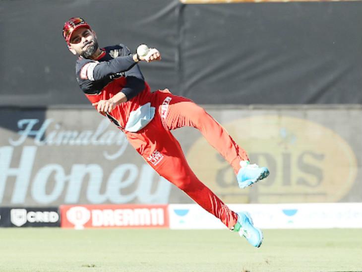 आरसीबी के कप्तान विराट कोहली फील्डिंग में मुस्तैद दिखे।