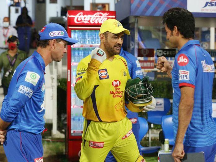 चेन्नई सुपर किंग्स के कप्तान महेंद्र सिंह धोनी मैच हारने के बाद दिल्ली कैपिटल्स के चीफ कोच रिकी पोंटिंग और असिस्टेंट कोच मोहम्मद कैफ से बात करते हुए।