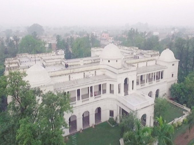 वेबसाइट आर्किटेक्चरल डाइजेस्ट के मुताबिक, सैफ अली खान का पटौदी पैलेस 10 एकड़ में फैला हुआ है। इसमें 150 रूम हैं। इनमें 7 ड्रेसिंग रूम, 7 बेडरूम और 7 बिलियर्ड रूम शामिल हैं।