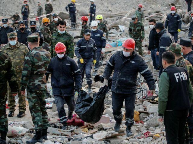 गांजा शहर में रेस्क्यू करते सुरक्षाबल। शनिवार रात 12 बजे से आर्मेनिया और अजरबैजान संघर्ष विराम लागू करने के लिए तैयार हुए थे। हालांकि, आर्मेनिया ने दावा किया कि अजरबैजान ने संघर्ष विराम तोड़ते हुए तोप के गोले और रॉकेट दागे।