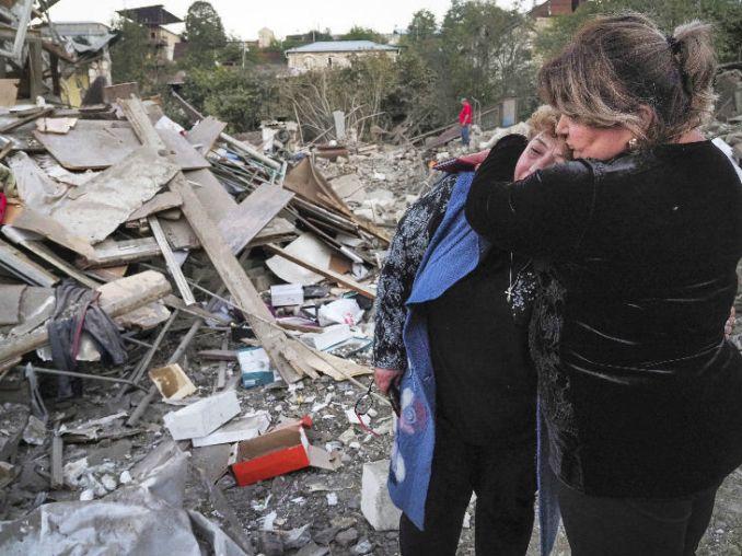 नागोर्नो काराबाख क्षेत्र में अजरबैजान के हमले में ध्वस्त अपने घर के पास खड़ी महिला। इस हमले में सैकड़ों लोग मारे जा चुके हैं।