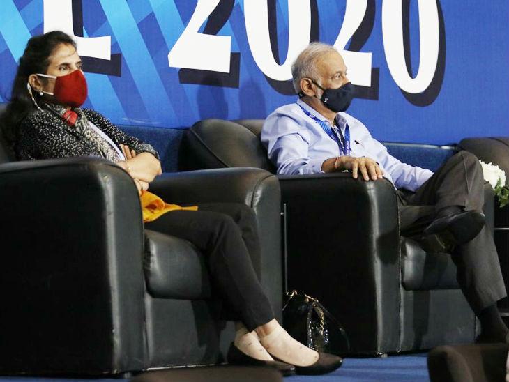 मैच देखते हुए IPL गवर्निंग काउंसिल के चेयरमैन बृजेश पटेल और पत्नी तोरल पटेल।