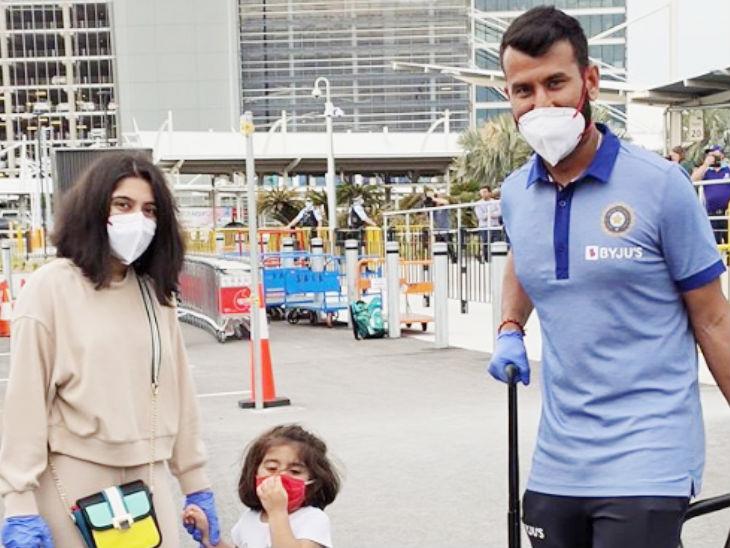 टीम इंडिया के मिडिल ऑर्डर के बैट्समैन चेतेश्वर पुजारा पत्नी पूजा पाबरी और बेटी अदिति पुजारा के साथ सिडनी पहुंचे।