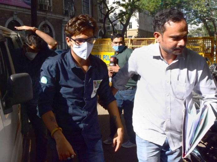 एनसीबी की टीम हर्ष को हिरासत में लेकर उनसे पूछताछ कर रही है।