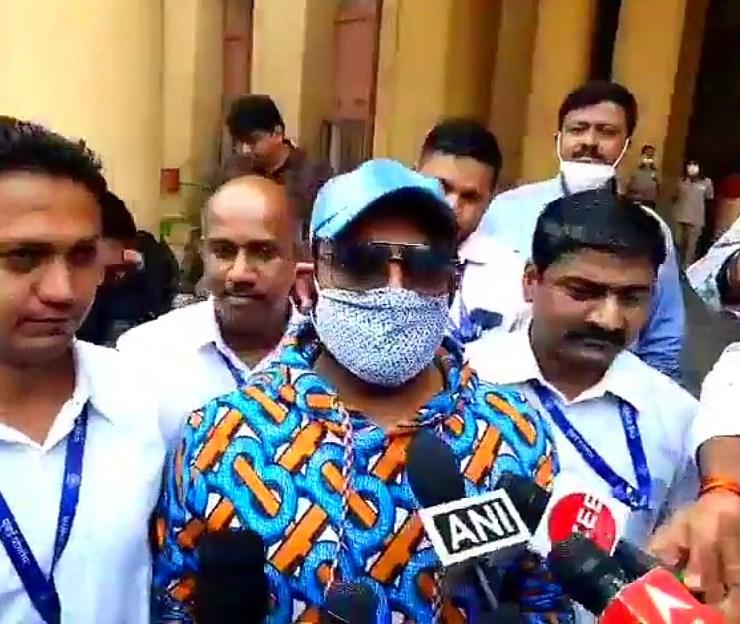 Comedian Kapil Sharma talking to media persons at CIU office.