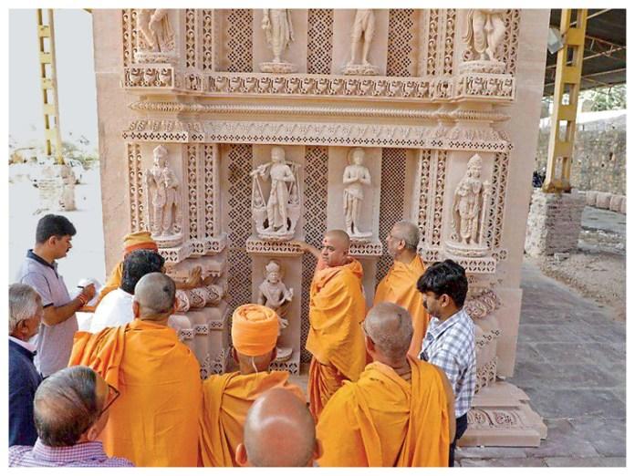 BAPS के इंजीनियर्स की देखरेख में मंदिर का निर्माण हो रहा है। संस्था की टीम प्रतिदिन हो रहे कामों का जायजा लेती है।