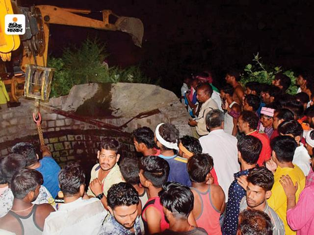 People gathered  around the spot throughout the night, they were also helping in the relief work.