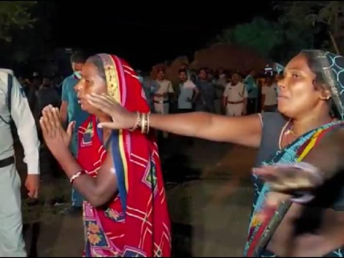कुएं में गिरे हुए रवि अहिरवार की मां और दादी का रो-रोकर बुरा हाल है।