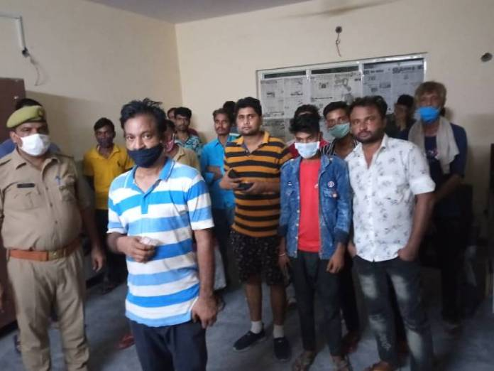 पुलिस ने चालान करने के बाद हिदायत देकर सभी को छोड़ दिया।