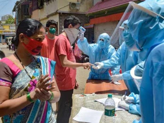 केरल पिछले कुछ दिनों से नए संक्रमितों के मामले में टॉप पर है। यहां रेलवे स्टेशन और बस स्टेशन पर भी लोगों की कोरोना जांच की जा रही है। -फाइल फोटो - Dainik Bhaskar