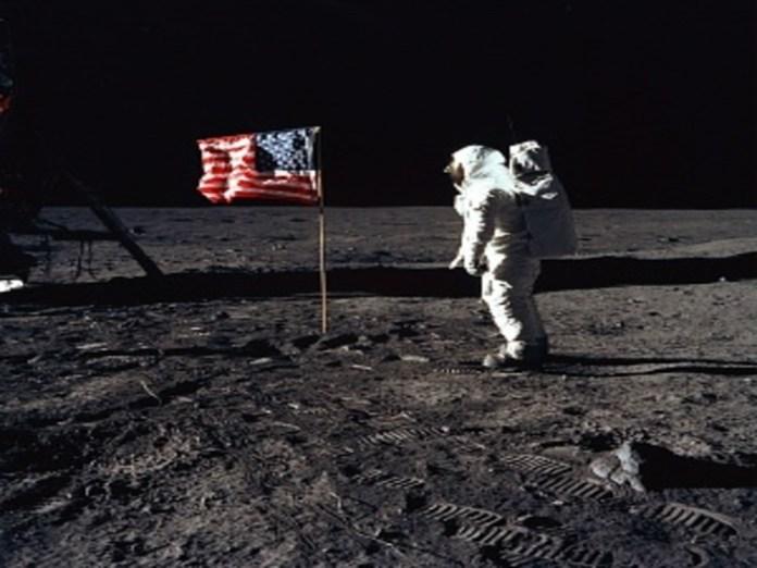 चांद पर नील आर्मस्ट्रांग।