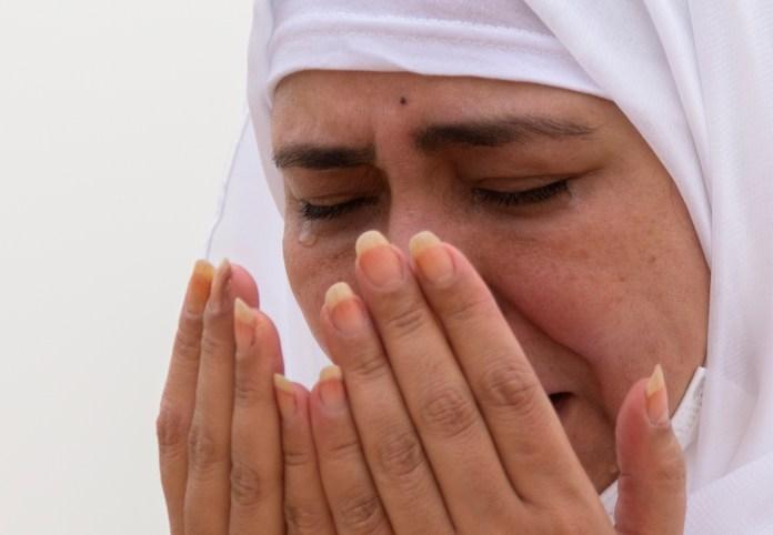 मक्का से 20 किमी दूर अराफत पर्वत पर दुआ पढ़ती महिला। इसे रहमत का पहाड़ भी कहते हैं।