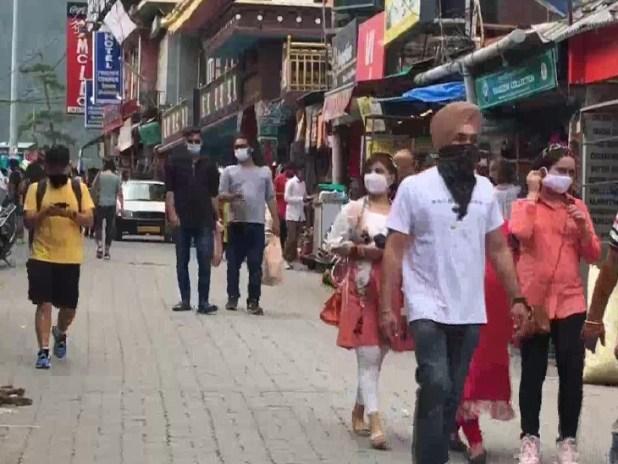 धर्मशाला के मार्केट में घूमते लोग। कोरोना की तीसरी लहर के बीच पर्यटन सुपर स्प्रेडर साबित हो सकता है।
